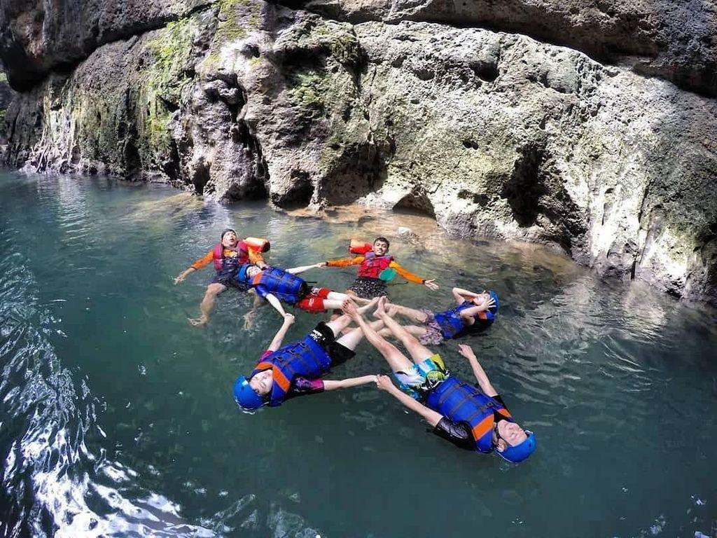 Foto: Serunya Body Rafting Menaklukkan Sungai Ciwayang