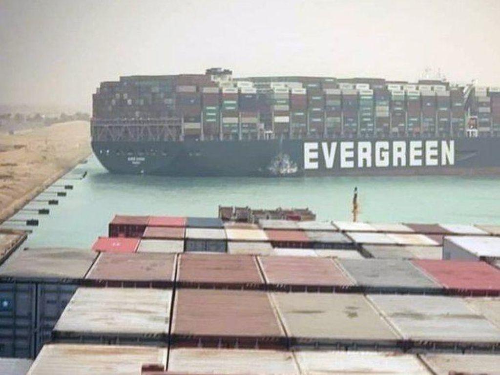 Kapal Raksasa Terjepit di Terusan Suez, Bikin Harga Minyak Naik