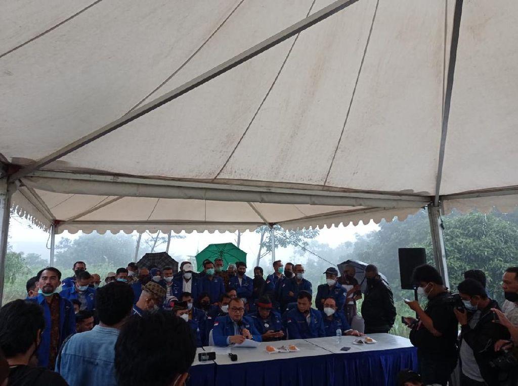 Demokrat Kubu Moeldoko Gelar Konferensi Pers di Tengah Hujan di Hambalang
