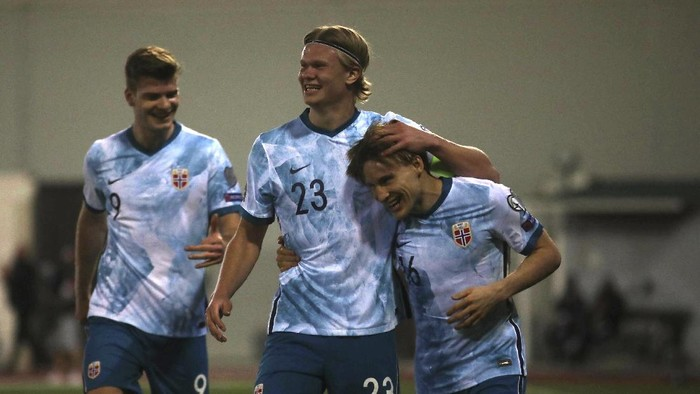 Norways Jonas Svensson celebrates with team mates scoring his sides 3rd goal during the World Cup 2022 group G qualifying soccer match between Gibraltar and Norway in Gibraltar, Wednesday March 24, 2021. (AP Photo/Javier Fergo)