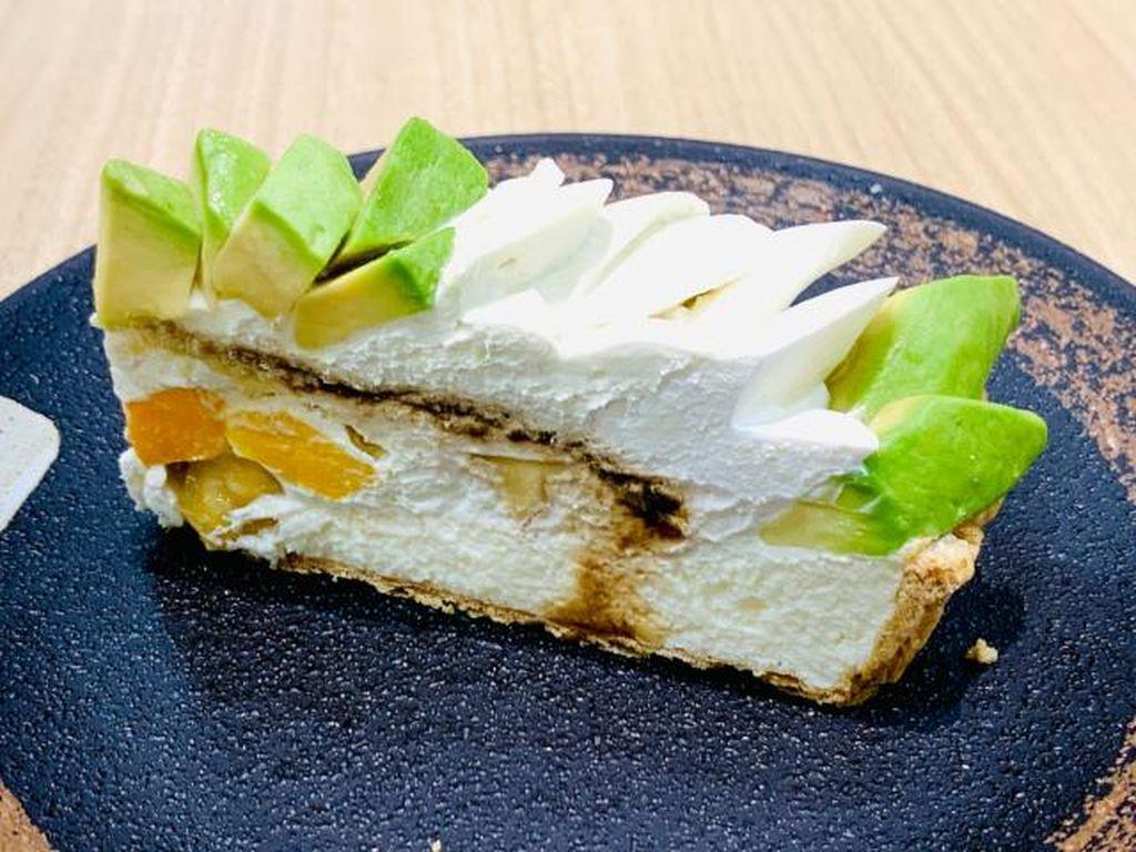 Lagi Tren! Kue Tiramisu dengan Topping Alpukat yang Creamy Lembut