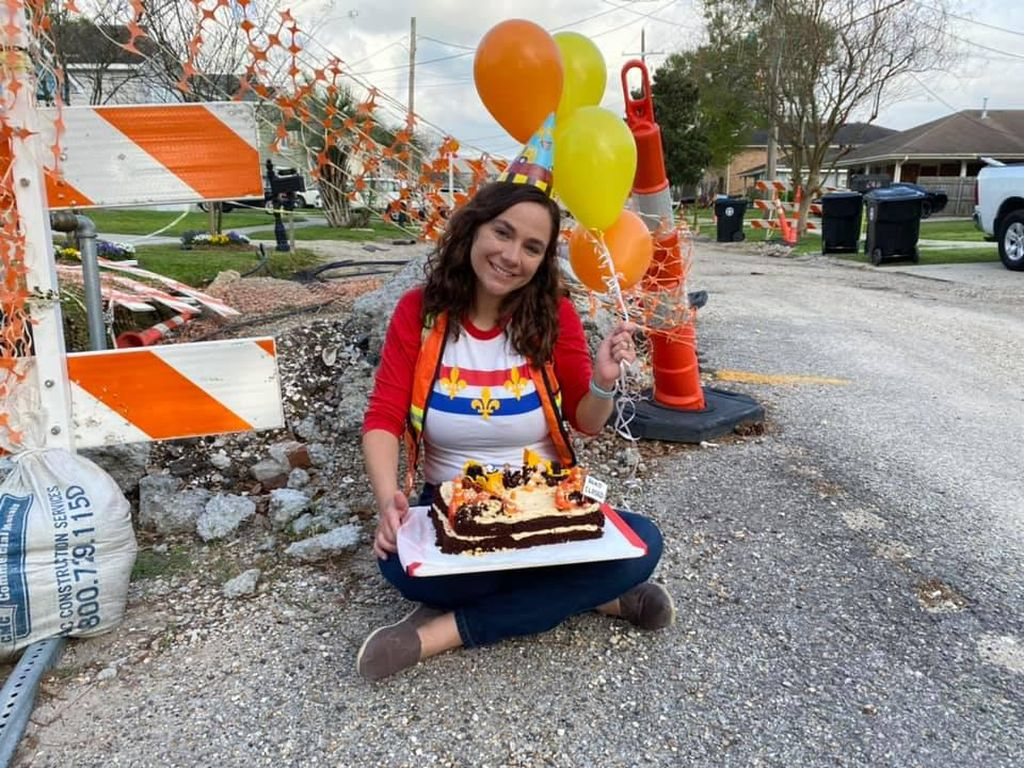 Wanita Ini Bikin Kue Untuk Rayakan 1 Tahun Pembuatan Jalan yang Belum Usai