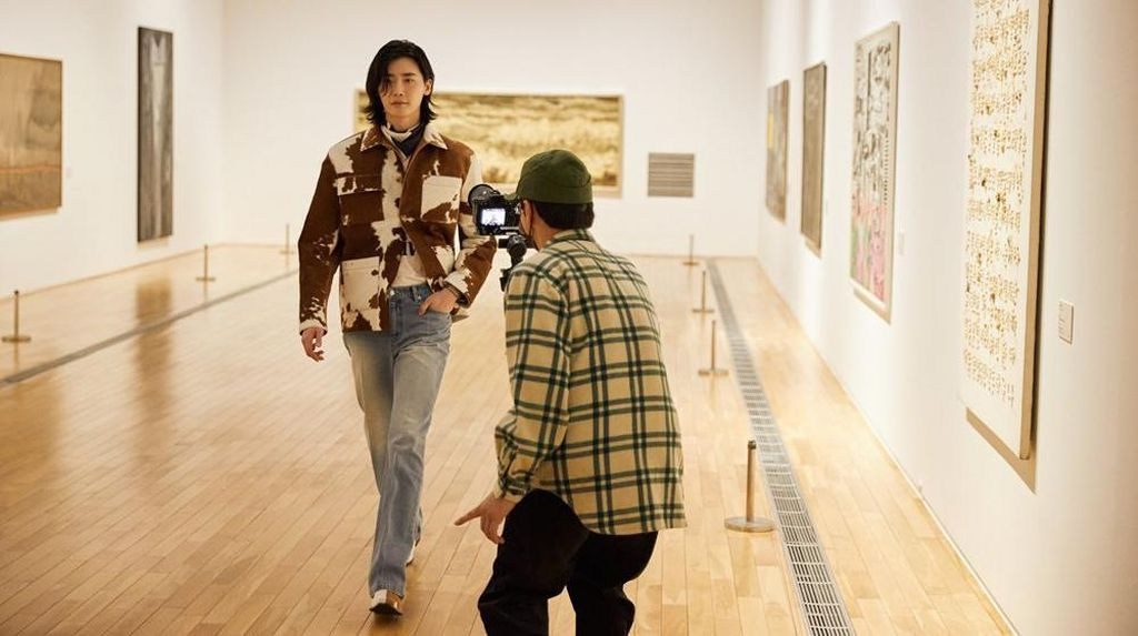 7 Pesona Lee Jong Suk Beraksi Jadi Model di Seoul Fashion Week Pasca Wamil