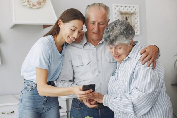 Semakin tua usia seseorang menimbulkan kesadaran bahwa orang tuanya juga semakin tua.
