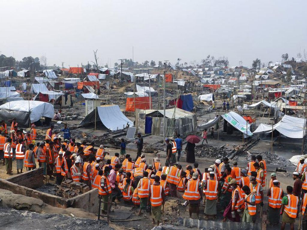 Ramai-ramai Relawan Bantu Bangun Tenda Pengungsi Rohingya