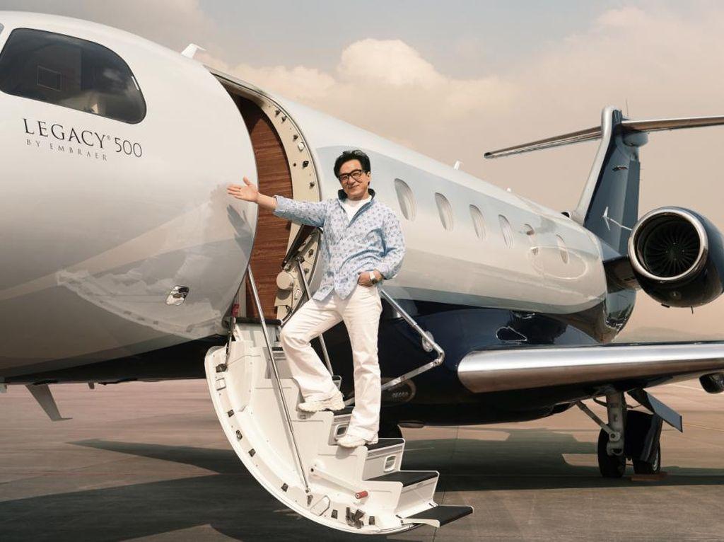 Jackie Chan Punya Dua Pesawat Jet, Total Kekayaannya Capai Rp 5 T