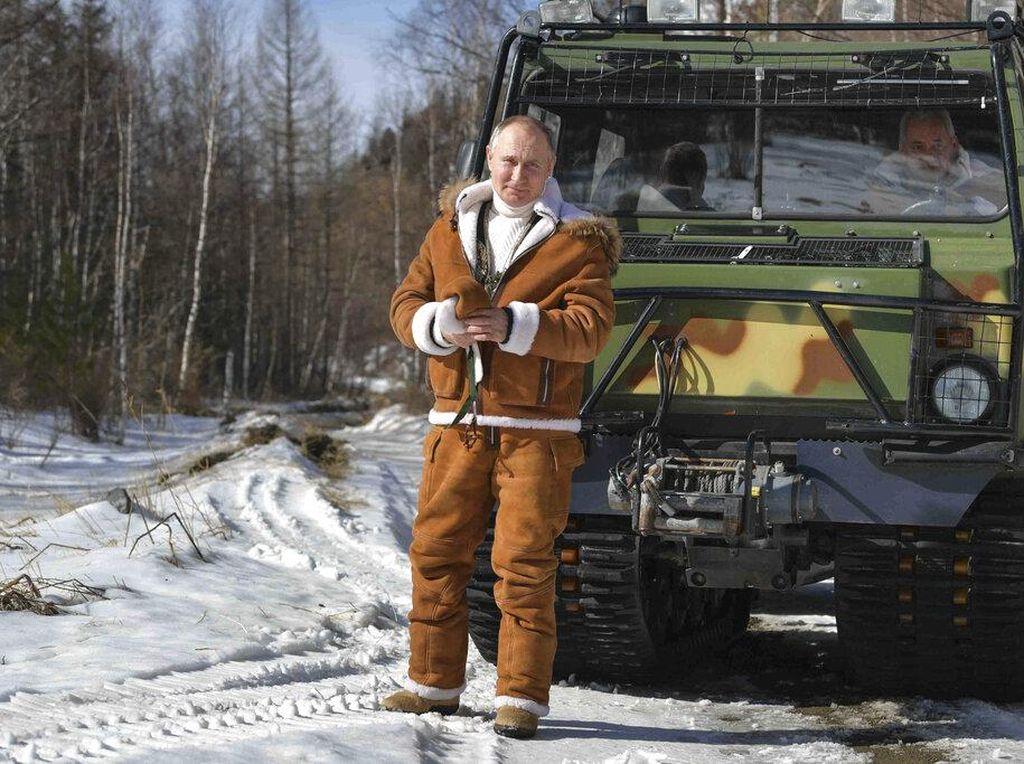 Foto: 7 Aksi Vladimir Putin Pemotretan di Hutan Bersalju, Bak Model