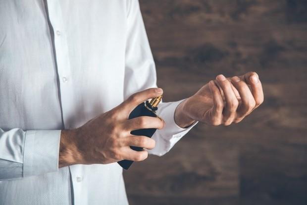 Orang-orang yang suka parfum beraroma bunga mawar cenderung mawas diri dan peka terhadap kebutuhan orang lain. Mereka cenderung mempertimbangkan semua pilihan sebelum membuat pilihan.
