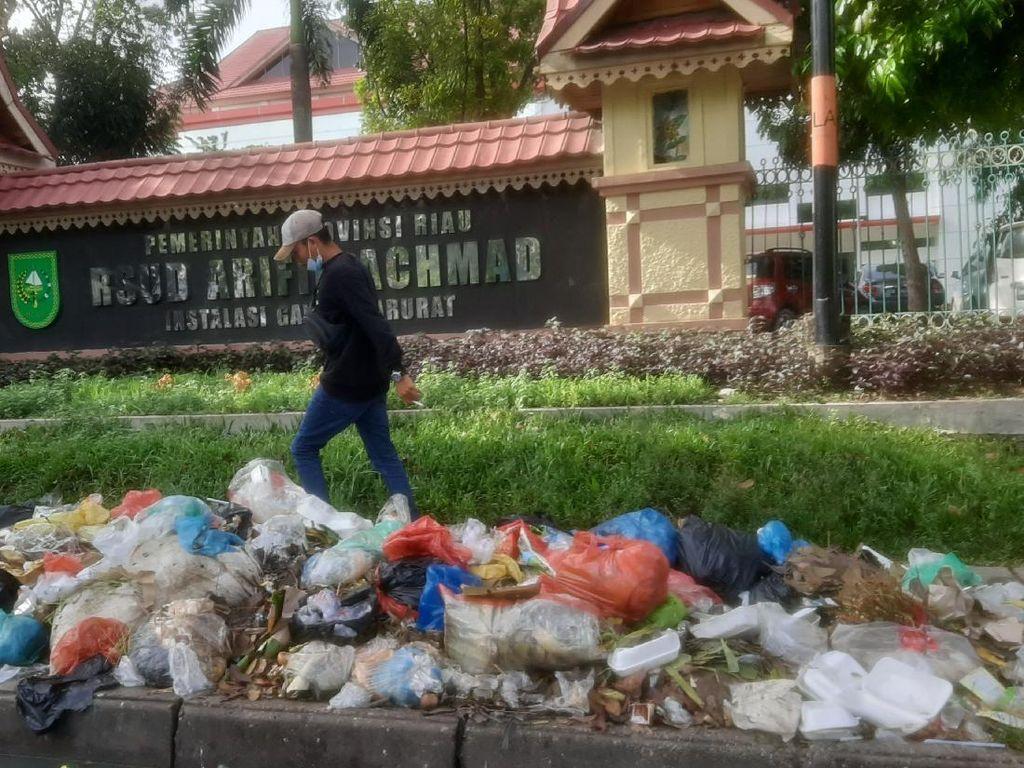 Makin Jorok! Tumpukan Sampah di Pekanbaru Mulai Keluarkan Bau Busuk