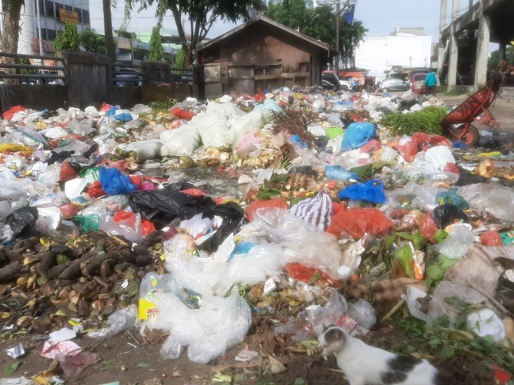 Pemko Pekanbaru Jelaskan Alasan Sampah Tak Terangkut hingga Membusuk