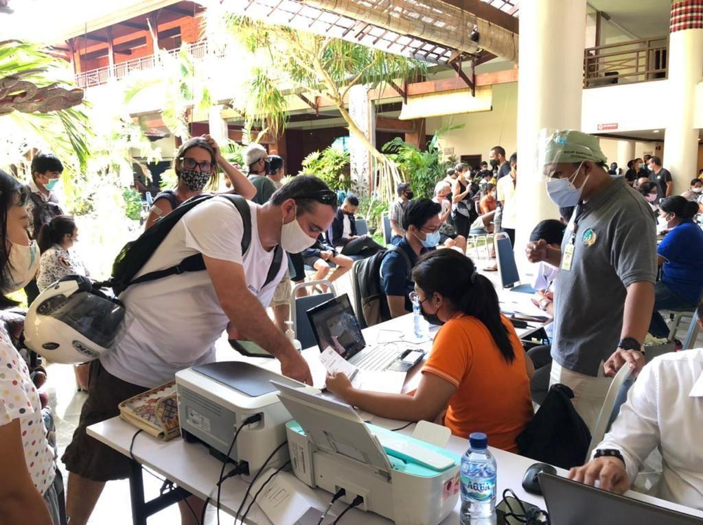 Puluhan WNA di Sanur Bali Jalani Vaksinasi COVID-19