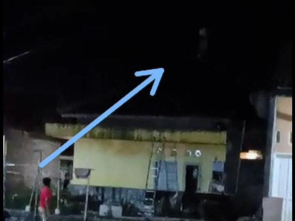 Polisi Tangkap Pocong yang Viral Lari di Atap Rumah Warga Cilegon