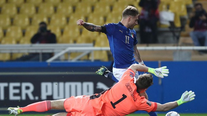 PARMA, ITALY - MARCH 25: Ciro Immobile of Italy has a shot saved by Bailey Peacock-Farrell of Northern Ireland during the FIFA World Cup 2022 Qatar qualifying match between Italy and Northern Ireland on March 25, 2021 in Parma, Italy. Sporting stadiums around Italy remain under strict restrictions due to the Coronavirus Pandemic as Government social distancing laws prohibit fans inside venues resulting in games being played behind closed doors. (Photo by Marco Luzzani/Getty Images)
