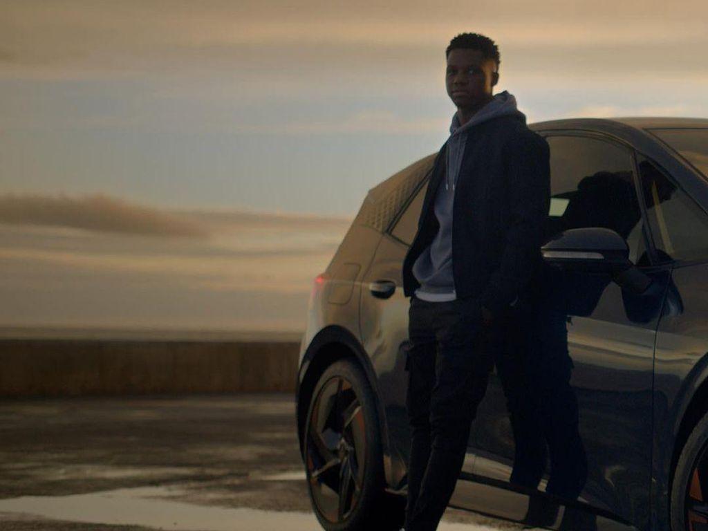Ansu Fati Dapat Mobil Baru dari Sponsor, Ternyata Belum Punya SIM