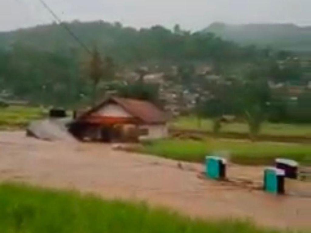 Melihat Dampak Kerusakan Banjir Bandang di Sumedang