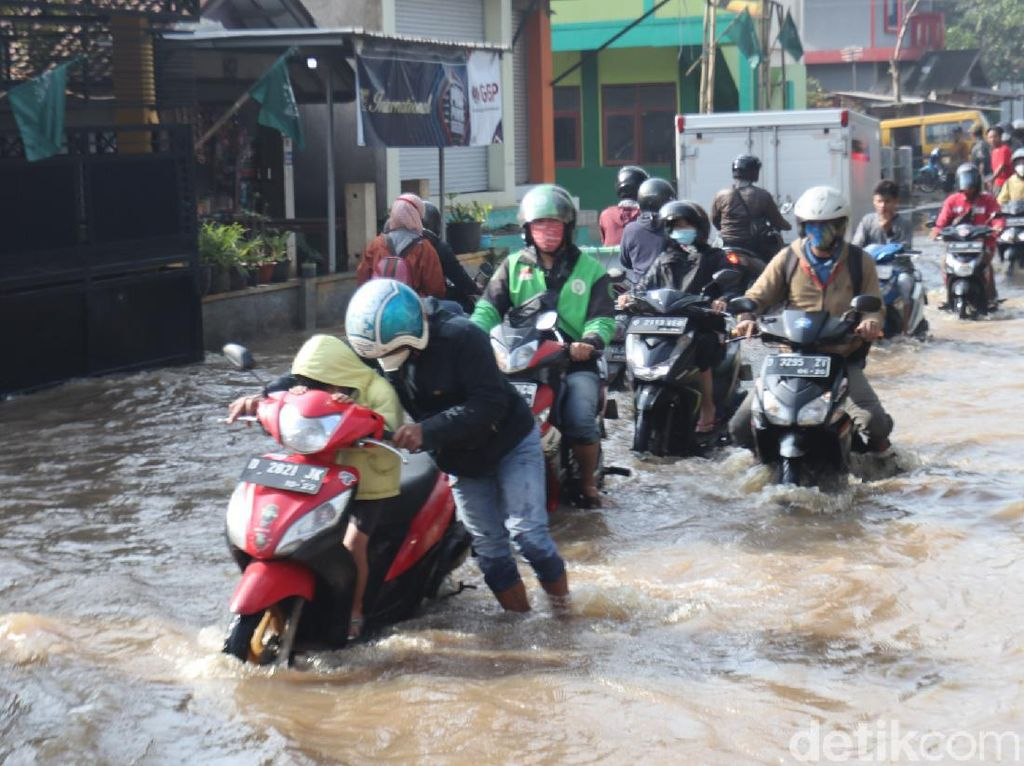 Sungai Cikeruh Meluap, Jalan Sapan Bandung Terendam Banjir