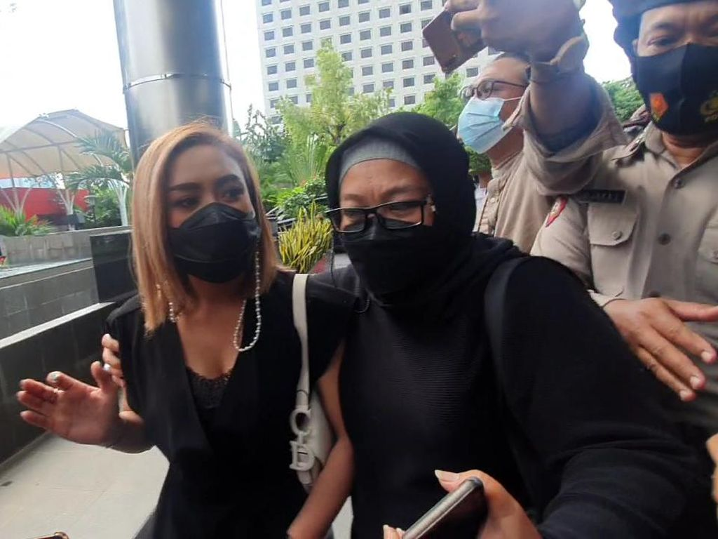 Video Kedatangan Cita Citata di KPK Jadi Saksi Kasus Suap Bansos