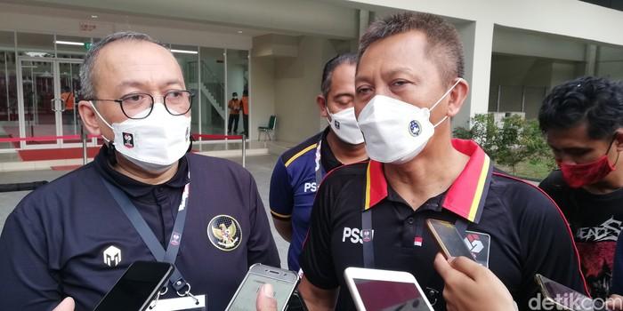 Dirut PT LIB Akhmad Hadian Lukita dan Direktur Operasional PT LIB Sudjarno saat memberikan keterangan kepada wartawan di Solo, Kamis (25/3/2021