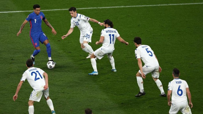 Jesse Lingard dikerubungi enam pemain San Marino saat membela Timnas Inggris di Stadion Wembley, London, Jumat 26 Maret 2021.