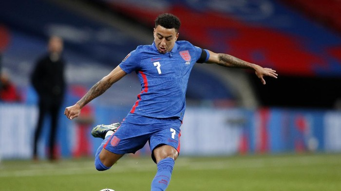 LONDON, ENGLAND - MARCH 25: Jesse Lingard of England crosses the ball during the FIFA World Cup 2022 Qatar qualifying match between England and San Marino at Wembley Stadium on March 25, 2021 in London, England. Sporting stadiums around the UK remain under strict restrictions due to the Coronavirus Pandemic as Government social distancing laws prohibit fans inside venues resulting in games being played behind closed doors.  (Photo by Frank Augstein - Pool/Getty Images)