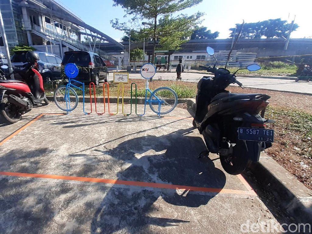 Kosong, #ParkiruntukSepeda di Stasiun Bekasi Timur Justru Diisi Motor