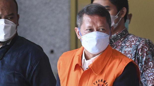 Mantan Direktur Utama PT Pelindo II (Persero) Richard Joost Lino mengenakan rompi tahanan usai diperiksa di gedung KPK, Jakarta, Jumat (26/3/2021). RJ Lino yang telah ditetapkan sebagai tersangka pada Desember 2015 itu ditahan penyidik KPK dalam kasus dugaan tindak pidana korupsi dalam pengadaan tiga unit Quay Container Crane (QCC) di PT Pelindo II. ANTARA FOTO/Hafidz Mubarak A/foc.