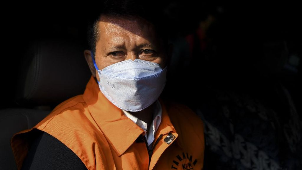 Potret RJ Lino Berbaju Tahanan KPK