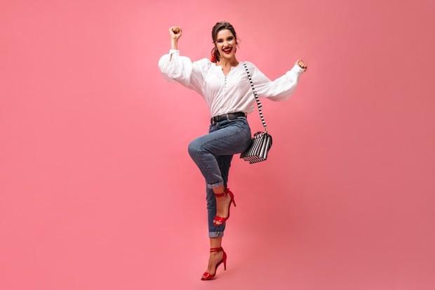 Tahukah kamu jika high heels ternyata bisa memberikan manfaat? Selain menunjang penampilan lebih cantik, kamu juga bisa mendapatkan tubuh yang lebih jenjang dan postur yang tegak.