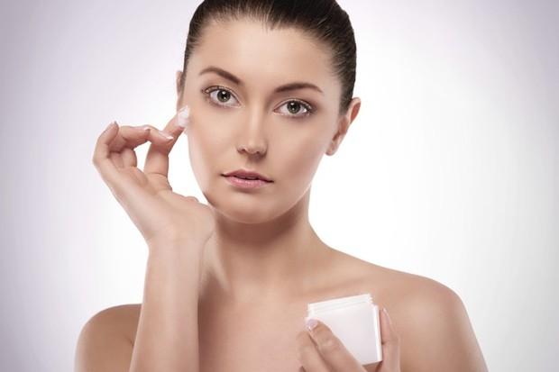 Ilustrasi Menggunakan Cleansing Cream