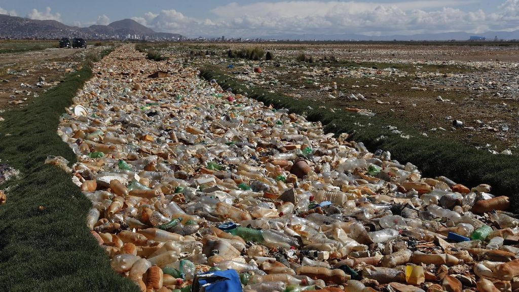 Miris! Sampah Botol Plastik Selimuti Sungai di Bolivia
