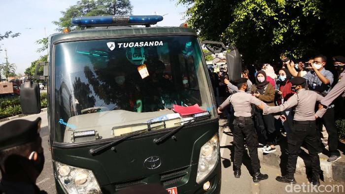 Habib Rizieq Shihab tiba di PN Jakarta Timur untuk menjalani sidang kasus kerumunan. Rizieq tiba di PN Jaktim diantar mobil Kejaksaan Jakarta Timur.