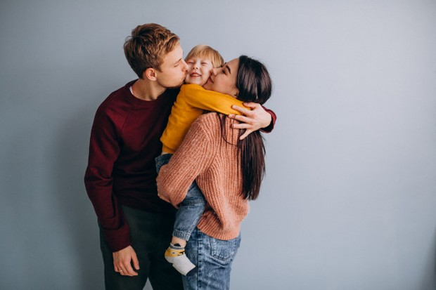 Overparenting pada dasarnya mengacu pada kondisi di mana orangtua cenderung terus mengatur kehidupan anak hingga pada hal-hal kecil dan pribadi.