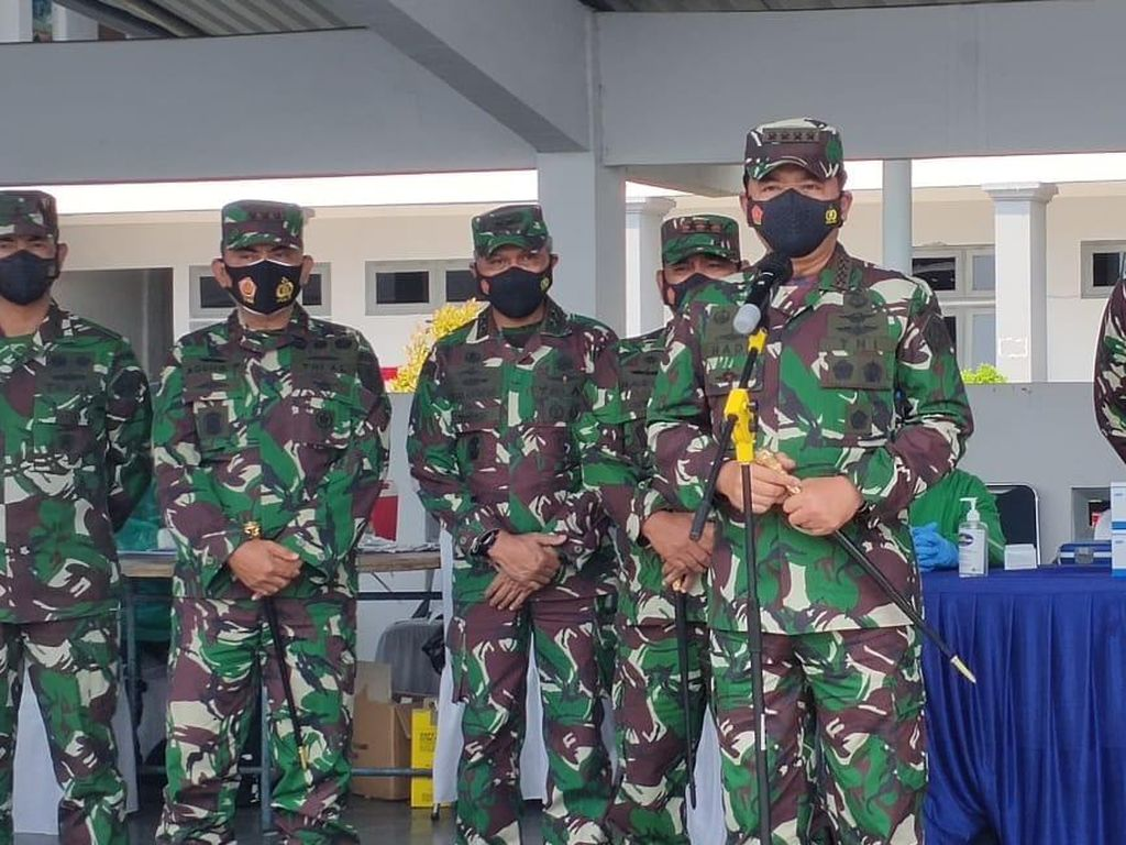 Panglima TNI Cek Vaksinasi COVID Produk AstraZeneca ke 2.000 Prajurit AL