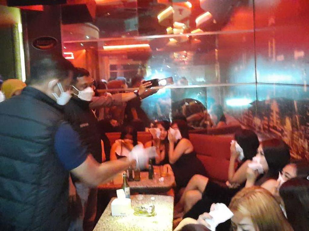 Langgar Jam Operasional, 2 Tempat Karaoke di Serpong Disegel Polisi