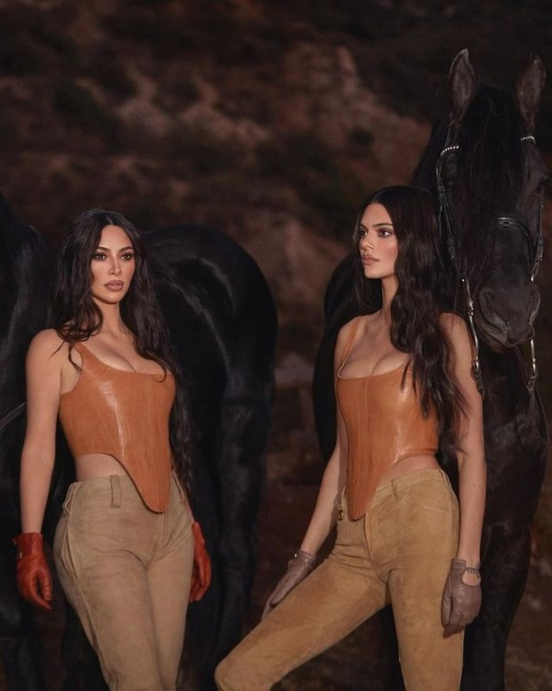 Potret Kendall Jenner dan Kim Kardashian untuk kolaborasi KKW Fragrance (foto: instagram.com/kendalljenner)