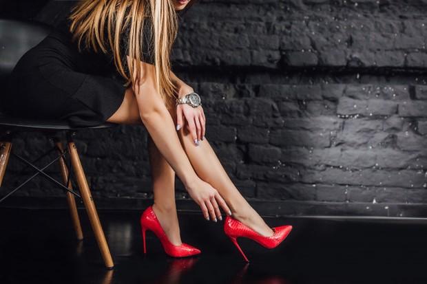 Hak sepatu melengkapi daya tarik pakaian. Baik itu mengenakan wedges atau heels, kamu akan terlihat elegan dan rapi saat mengenakan sepatu berhak.