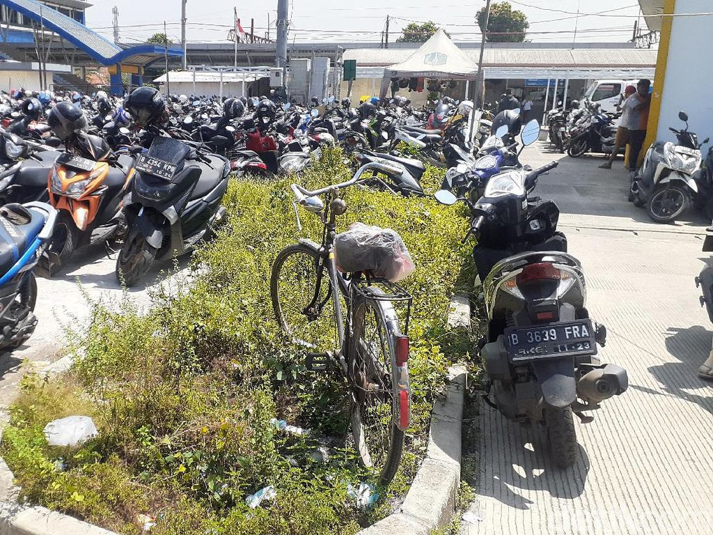 Meski Ada #ParkiruntukSepeda Stasiun Tambun, Ontel Ini Parkir di Area Motor