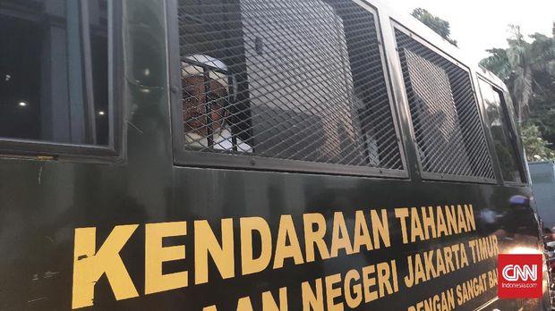 Mantan Imam Besar FPI, Rizieq Shihad pergi meninggalkan PN Jaktim usai membacakan eksepsi atas tiga perkara yang menjeratnya, Jumat (26/3)