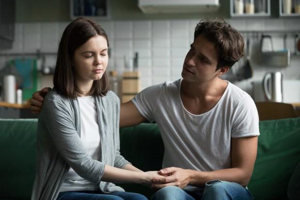 Kalau kamu sudah lama berbicara dengannya dan dia masih merahasiakannya, coba bersikap skeptis.