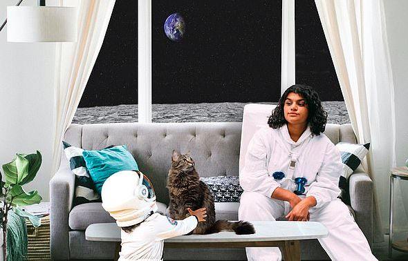 Tinggal di Bulan