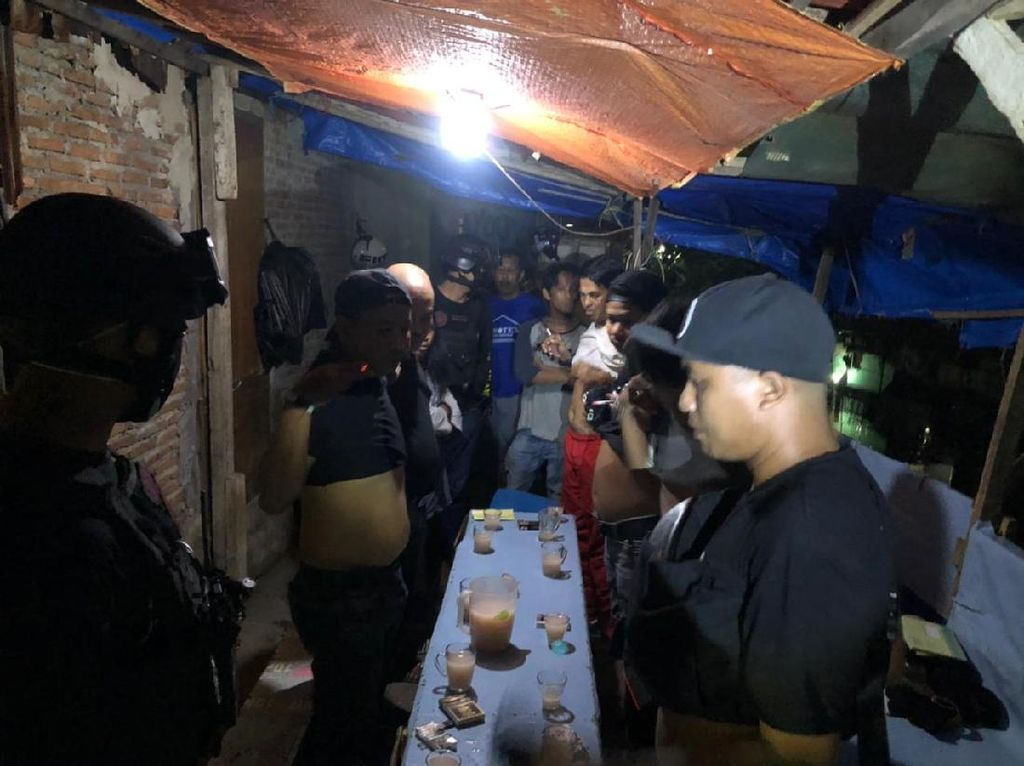 Polisi Bubarkan Pesta Miras di Makassar, 5 Jerigen Miras Diamankan
