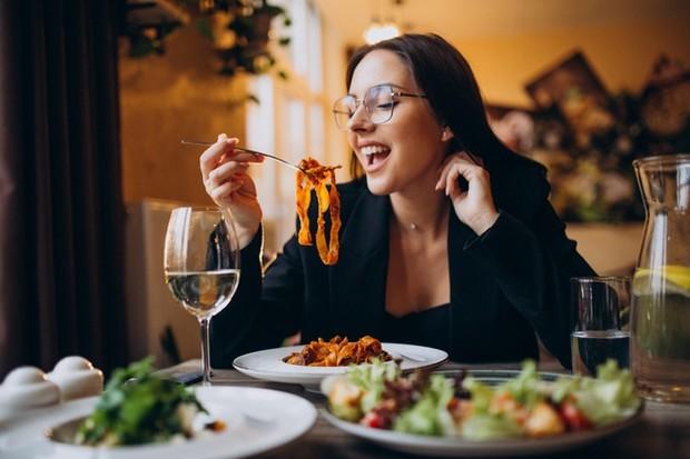 Ilustrasi wanita yang sedang makan