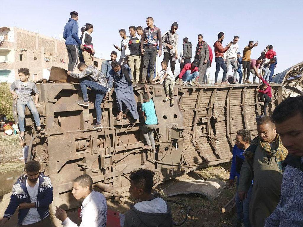 Foto-foto 2 Kereta Api Tabrakan di Mesir yang Tewaskan 32 Orang