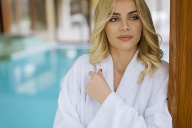 Hindarkan dari air asin untuk menjaga warna blonde tetap on/freepik.com