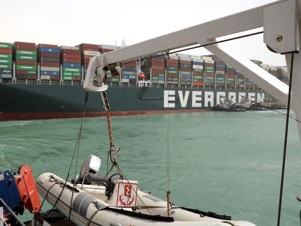 Buntut Macetnya Terusan Suez, Biaya Pengiriman Melonjak