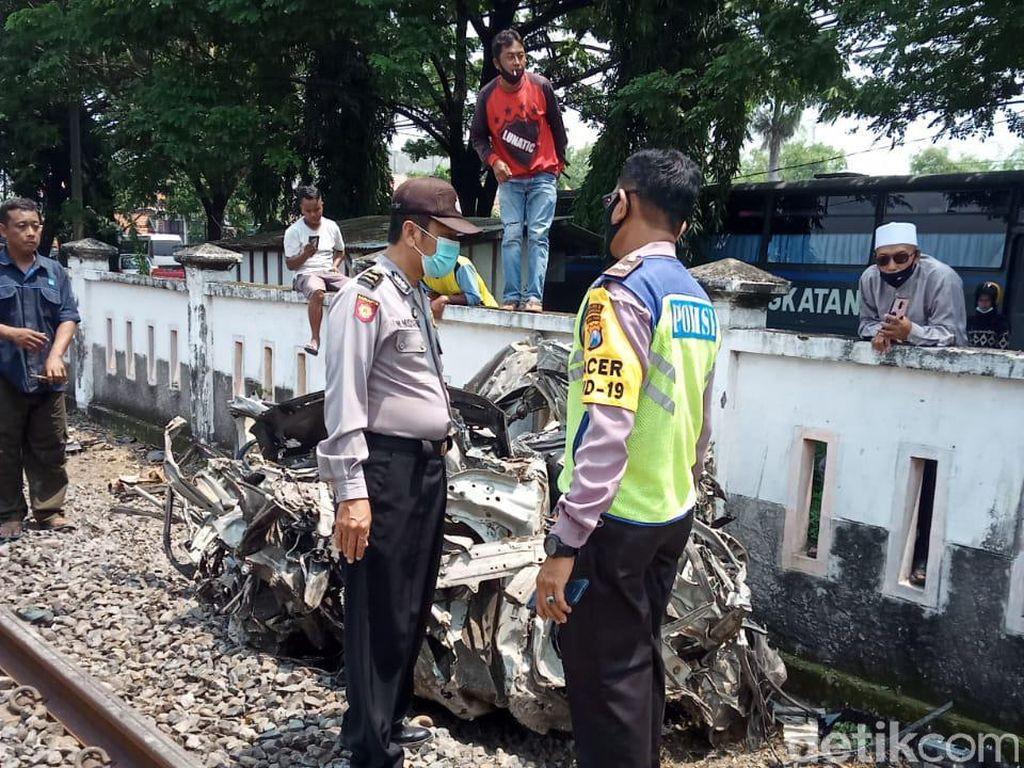 Mobil Tertabrak Kereta di Lamongan, 2 Orang Tewas