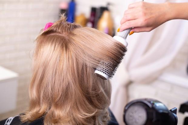 Melakukan perawatan rambut blonde sendiri di rumah penting dilakukan dengan produk yang tepat/freepik.com