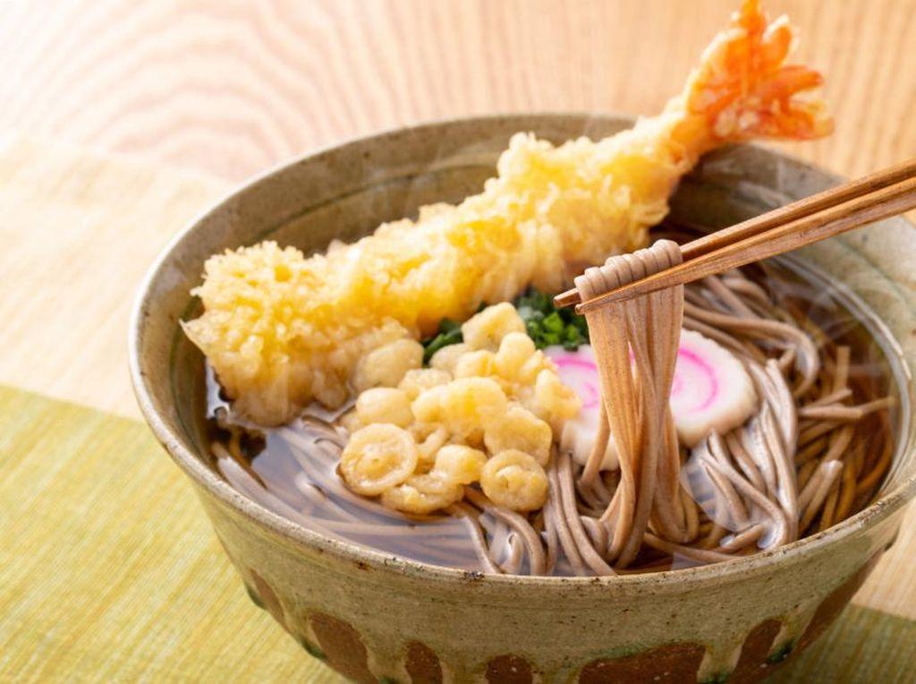 Bikin Ngiler! Ini Rasanya Makan Mie Soba Pakai Gorengan di Jepang