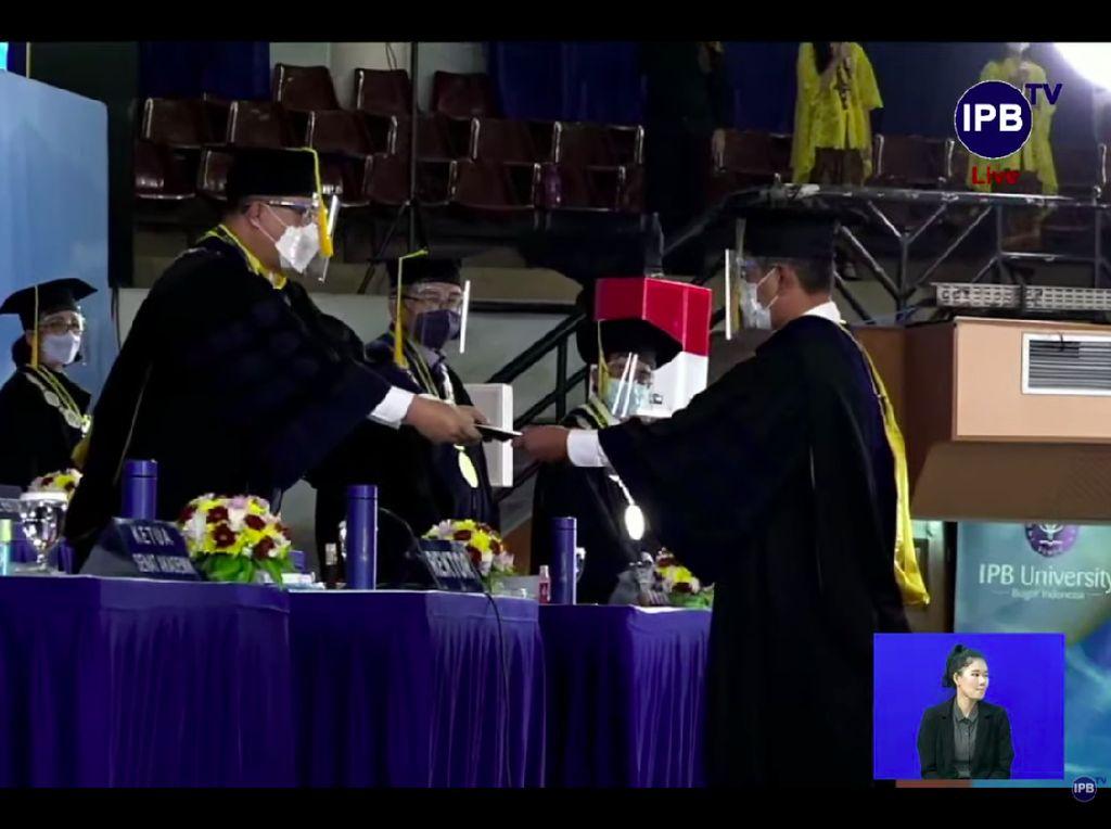 Tangis Haru Doni Monardo Saat Dianugerahi Doktor Kehormatan dari IPB