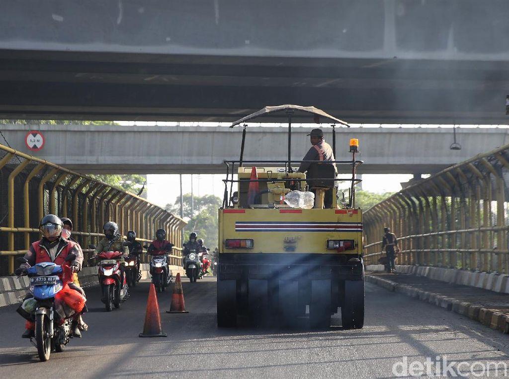 Aksi Petugas Aspal Jalan Cut Mutia di Bekasi